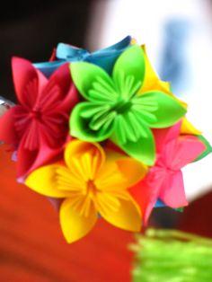 Mucho color en Malula! origami kusudama floral http://www.facebook.com/malula.ideasenpapel