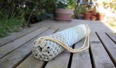 Yogamattebag lager du enkelt selv i heklet bestemorrutestil. Og i økologisk, plantefarget bomull har prosjektet god karma også. Namaste!