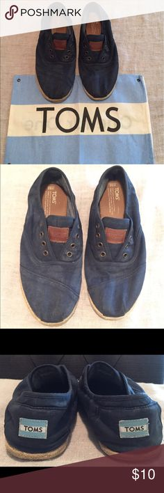 Toms Navy Blue Cordones (9.5 US) Toms Navy Blue Cordones Shoes. Size: 9.5 (US). Good condition, front soles are a little loose (see pics) - nothing a little super glue can't close back up. Otherwise, excellent condition. Comes with original bag. No shoe laces. Ships immediately! TOMS Shoes Loafers & Slip-Ons