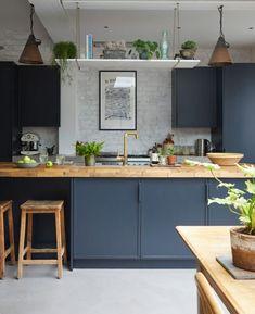 Kitchen Trends 2019 – 30 Best Amazing Kitchen Design Trends And Ideas - Page 13 of 30 - eeasyknitting. com - Design della cucina Home Decor Kitchen, Rustic Kitchen, Kitchen Interior, New Kitchen, Kitchen Dining, Kitchen Shelves, Kitchen Island, Kitchen Worktops, Dark Blue Kitchen Cabinets