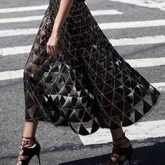 Valentino skirt - Total Street Style Looks And Fashion Outfit Ideas Fashion Details, Look Fashion, High Fashion, Womens Fashion, Fashion Design, Fashion Trends, Fashion Art, Fashion Shoes, Fashion Black