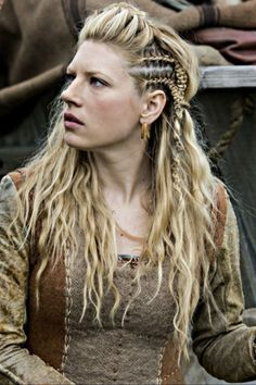 Thanks to these vikings hair braids, all eyes will be in our hair!Here are the hair tutorials you can easily apply these vikings hair braids! Medieval Hairstyles, Braided Hairstyles, Wedding Hairstyles, Cool Hairstyles, Pirate Hairstyles, Vikings Hair, Vikings Tv, Lagertha Hair, Lagertha Lothbrok