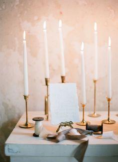 Winterliche Hochzeitsdeko mit Kerzen und gold, Foto von Leighanne Herr