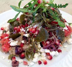 """Σαλάτα """"Αιγαίο"""" με τραγανό παξιμάδι, κάπαρη, κρεμμύδι, ντομάτα, κρίταμο και τριμμένη ξινομυζήθρα - Συνταγή"""