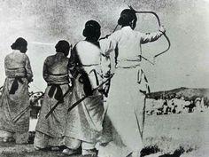 Woman archers of Joseon Dynasity, 1920 조선시대 여성궁사들. Had to post them. Korean Traditional, Traditional Art, Woman Archer, Korean Photo, Bathing Costumes, Korean Hanbok, Korean Wave, Equestrian Outfits, Before Us