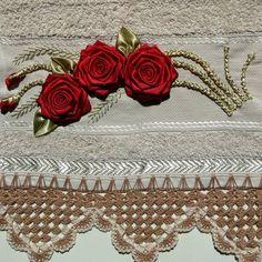 2865 - Toalha de lavabo bege da marca Karsten Sabrine, trabalhada com bicos de crochê e bordada a mão. French Knot Embroidery, Ribbon Embroidery, Ribbon Work, Knots, Needlework, Decorative Boxes, Sewing, Elsa, Diy