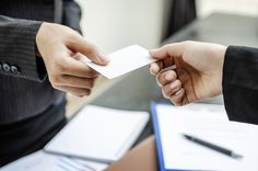 Der Akt der Visitenkarten-Übergabe ist mehr als eine überflüssige Geste. Er ist ein berufliches Ritual, an dem insbesondere in Managementkreisen festgehalten wird. Das hat seine Gründe...  http://karrierebibel.de/rituale-alles-auf-eine-karte/