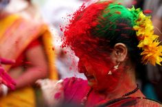 Holi Festival. Da Nord a Sud dell'India, – e anche nelle comunità indiane all'estero, come in Nepal, Mauritius o addirittura Rotterdam – indù e non-indù si riuniscono per celebrare Holi. Questa festa ha una dimensione simbolica per pochi giorni le barriere sociali cadono, e gli uomini e le donne sono uguali. Il festival dei colori riunisce tutte le caste sociali. Holi è un potente spirito che unisci le persone: l'arrivo della primavera è il momento di perdonare nemici e di manifestare l'…