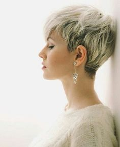 10 Latest Pixie Haircut Designs for Women – Super-stylish Makeovers  Take a look at these trendy makeovers, showcasing the latest pixie haircut designs for women of all ages! I challenge anyone to browse through . Short Hair Cuts For Women, Short Hairstyles For Women, Hairstyles 2018, Undercut Hairstyles, Short Cuts, Blonde Pixie Hairstyles, Wedding Hairstyles, Hairstyles Pictures, Fancy Hairstyles