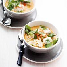 Een spicy curry maaltijdsoep met noodels en ballen maak je voor 4 personen in 30 minuten klaar.