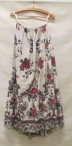 Petticoat/rokken. Cotton. Rok van witte sits, beschilderd met dessin van bloemen en vaasvormen, in blauw, rood en lila. c1750-75 Dutch Identifier 1050157