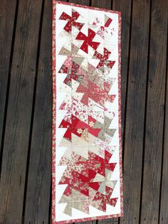 Anne Marie´s Quilt: A tabelrunner for Opam june Quilted Table Runners Christmas, Table Runner And Placemats, Table Runner Pattern, Small Quilts, Mini Quilts, Quilting Tutorials, Quilting Projects, Flick Flack, Twister Quilts