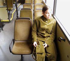Roupas feitas com tecidos de assentos de ônibus