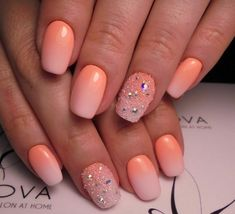 nageldesign-urlaubsnägel-farben-hautfarbe-lachs-glitzersteine-nude-orange