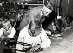 Woonwagenkampscholen: Tweede Wereldoorlog. In de lagere school van een woonwagenkamp in Haarlem zijn de jongens aan het figuurzagen. Nederland, 1941.