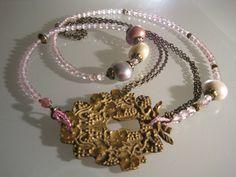 A partir d'une serrure ancienne en laiton, quartz rose facetté, perles de verre couvertes de nacre, laiton. ANEHO Création a-neho.com Quartz Rose, Creations, Charmed, Crown, Bracelets, Jewelry, Fashion, Mother Of Pearls, Glass Beads