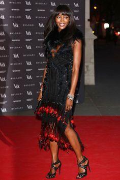 Naomi Campbell  con este diseño adornado con plumas rojas en el bajo que simulan fuego de la colección de otoño 2014 de Roberto Cavalli.