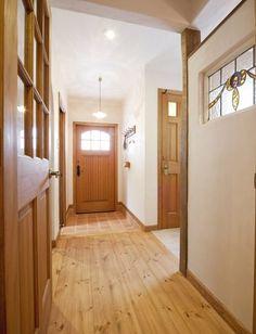 好きな物に囲まれて暮らす楽しみを叶えたイングリッシュカントリーハウス Room Divider, Interior Design, Furniture, House, Japan Room, Home, Interior, Renovations, Home Decor