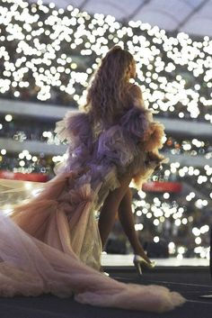 Beyonce in Warsaw Beyonce 2013, Beyonce Coachella, Beyonce Knowles Carter, Beyonce And Jay Z, Beyonce Memes, Beyonce Braids, Beyonce Beyonce, Britney Spears, Ariana Grande