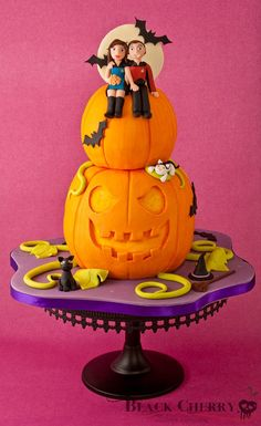 Halloween Pumpkin / Star Trek Wedding Cake / weird cake with a Halloween theme but two Star Trek figures on top. Trekkies getting married on Halloween maybe? Halloween Wedding Cakes, Theme Halloween, Halloween Cakes, Halloween Snacks, Happy Halloween, Cupcakes, Cupcake Cookies, Cake Pops, Beautiful Cakes