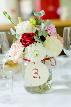 Prettycurvysecrets Wedding in beautiful Vienna. Photocredit: Miriam and Manuel Photography Bunch Of Flowers, Table Decorations, Vienna, Photography, Wedding, Furniture, Beautiful, Home Decor, Flower Wrap
