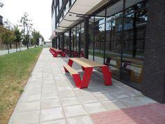 Project: CTZone. Projectinrichter: Vos Interieur Groningen Product: Extremis - Hopper 300 cm en Hopper 240 cm - frame rood, blad h.o.t. wood