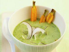 Spinatcremesuppe mit Kokos und Karotten | Zeit: 15 Min. | http://eatsmarter.de/rezepte/spinatcremesuppe-mit-kokos-und-karotten