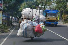 Nicht nur LKWs, auch megabeladene Motorraeder verstopfen Balis Strassen