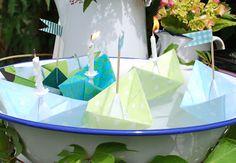 Papierschiffe mit Wachs überziehen - so schwimmen sie lange - toll als Deko zB für Gartenpartys