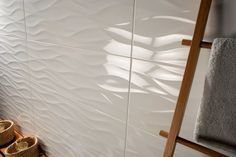 Płaskie ściany przestają być modne, teraz nabierają dynamiki dzięki nieregularnej powierzchni płytek. Fot. TAU