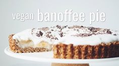 This vegan banoffee pie has a crisp and sugary oat flour crust, a sticky creamy toffee filling, lotsa bananas, and coconut cream to top it all off! Vegan Banoffee Pie, Vegan Pie, Vegan Food, Healthy Food, Healthy Sweets, Vegetarian Food, Vegan Desserts, Delicious Desserts, Vegan Recipes