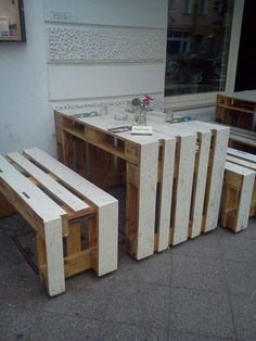 Pallet Ideas : Want to renovate your home with wooden pallet furniture? We are the right place for you. Visit us and get to know a lot of pallet ideas. Wooden Pallet Furniture, Recycled Furniture, Wooden Pallets, Home Decor Furniture, Furniture Design, Easy Woodworking Projects, Diy Pallet Projects, Pallet Ideas, Rustic Restaurant