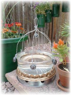 DIY - Upcycled Bird Bath from Plastic Cake Container DIY - Upcycled Bird Bath aus Kunststoff Kuchenb Diy Garden Projects, Garden Crafts, Garden Ideas, Bird House Kits, Upcycled Crafts, Design Lab, Bottles And Jars, Crafts To Do, Bird Baths