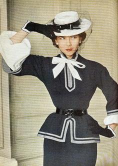 """50s - thiết kế của Balmain ảnh hưởng từ the """"New Look"""", vai tròn, thắt eo nhỏ, thắt lưng, dáng áo peplum"""