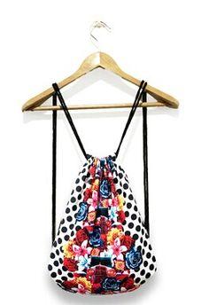 || Mochila retro || Deja descansar a tus bolsillos repletos de cosas y llévalas en esta fantástica mochila de tela con cuerdas muy cómoda y resistente y con un diseño original y único.  18,00€