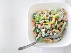 Les pois chiches en boîte sont un ingrédient peu coûteux de tous les jours qui deviennent les vedettes dans les plats de pâtes raffinés, les salades riches en protéines, les collations croquantes et bien d'autres mets. Savourez-les de 10 délicieuses façons.