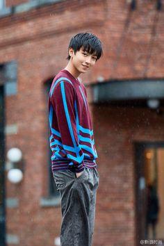 Hết gây bất ngờ với hình ảnh trưởng thành, Vương Tuấn Khải (TFBoys) lại khiến fan xao xuyến với bộ ảnh lãng mạn - Ảnh 3.