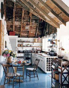 J'aime le contraste entre plafond nu et le sol bleu