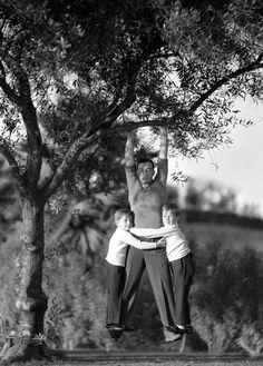 A los cinco años, Buster Keaton ya se había convertido en la estrella del espectáculo familiar, que era bastante violento, ya que el padre no dudaba en lanzarlo al foso de la orquesta si hacía falta o emplearlo como escoba para limpiar el suelo. La sociedad neoyorquina de protección a la infancia, la Gerry Society, no veía con buenos ojos este espectáculo, y lo consideraba un caso de explotación infantil que ponía en peligro a un niño.
