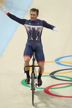 Jason Kenny wins Gold in the Men's Keirin Finals race Rio Olympic Games 2016 Getty Images Sprint Triathlon, Triathlon Training, Rio Olympics 2016, Summer Olympics, Cycling Outfit, Cycling Clothing, Rio Olympic Games, Men In Tight Pants, Gentleman Style