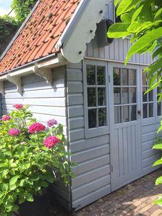 Toen ik het schuurtje zag, was ik verkocht! - Anita Home Blog Backyard Storage Sheds, Shed Storage, Outdoor Living, Outdoor Decor, Vegetable Garden, Outdoor Structures, Cabin, Was, Blog