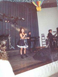 A very young Selena Selena Quintanilla Perez, Suzette Quintanilla, Selena Pictures, Selena Pics, Selena Selena, Selena And Chris Perez, Rare Photos, American Singers, White Roses