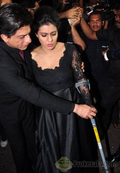 DDLJ celebrating 1000 Weeks December 2014 being very protective of Kajol, who has injury & using crutch
