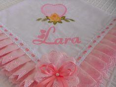 Manta de Laise forrada com bordado nome e desenho.  Acabamento em Laise e passa fita.