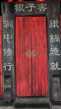 red door in china says 'welcome' in feng shui Cool Doors, Unique Doors, Porte Cochere, Knobs And Knockers, Door Knobs, Entrance Doors, Doorway, Front Doors, Feng Shui