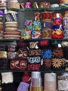 El blog de Georgina: Estamos aquí.... Diy Fabric Jewellery, Textile Jewelry, Space Crafts, Arts And Crafts, Burgundy Bag, Woven Belt, Passementerie, Galo, Sewing Material