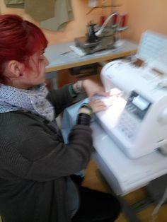 Alumna aprendiendo a coser