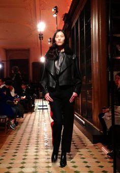 Perfecto en cuir col fourrure et pantalon d'officier avec bande rouge sur le côté chez #Hermès #PFW