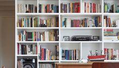 No apartamento em Laranjeiras, a arquiteta Ketlein Amorim misturou leitura e refeição. A estante repleta de livros fica na sala de jantar e a mesa acaba sendo usada para estudo e trabalho também  Foto: Divulgação