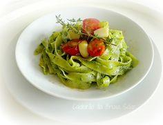 Tagliatelle com pesto de espinafre e confit de tomate cereja